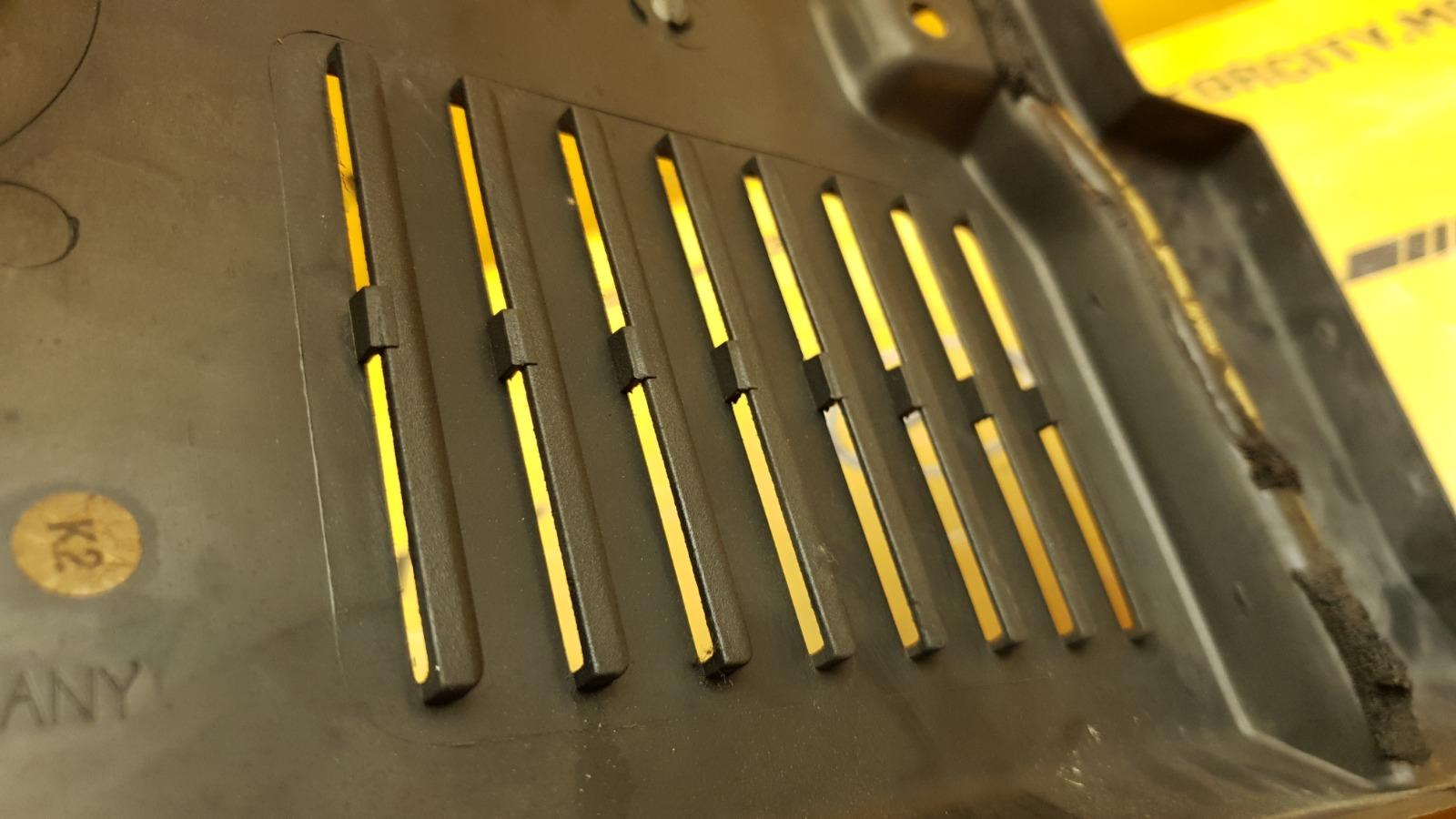 Накладка подкапотная передняя правая 1993 C140 M120.980 6.0