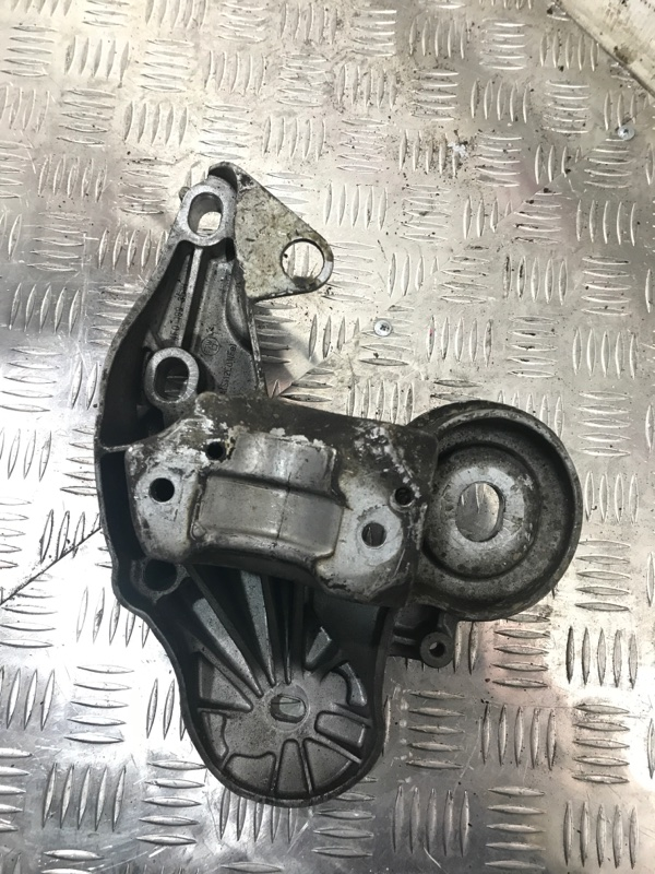 Кронштейн двигателя AUDI A6 C6 BDW