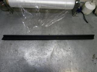 Запчасть накладка стекла передняя правая Skoda Yeti 2011
