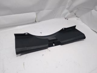 Пластик замка багажника задний TOYOTA VITZ 2011