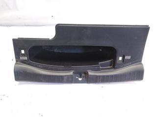 Пластик замка багажника задний HONDA FIT 2015