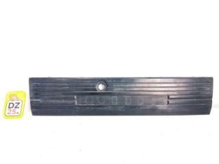Накладка на дверь багажника задняя NISSAN ELGRAND 1997