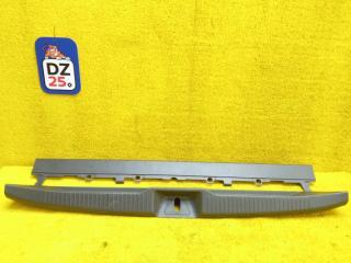 Пластик замка багажника задний TOYOTA ESTIMA 2010