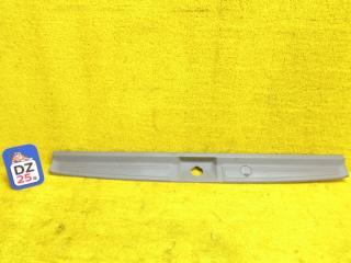 Пластик замка багажника задний NISSAN ELGRAND 1998