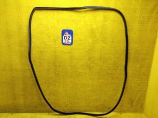 Уплотнительная резинка багажника задняя NISSAN ELGRAND 1998