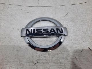 Запчасть эмблема крышки багажника задняя Nissan Almera 2013-