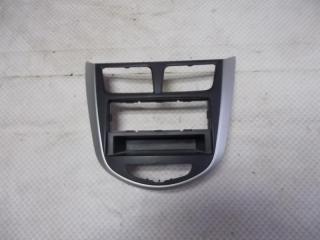 Запчасть накладка консоли центральной (рамка) Hyundai Solaris 2012